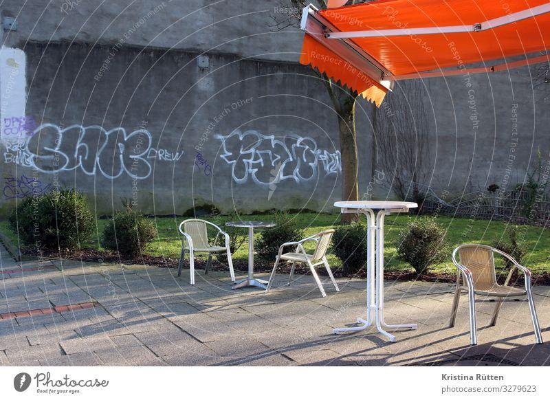 ein platz an der sonne Lifestyle Menschenleer Mauer Wand Terrasse Graffiti Erholung sitzen Stadt orange Tisch Stehtisch Markise Wetterschutz Stuhl Kiosk