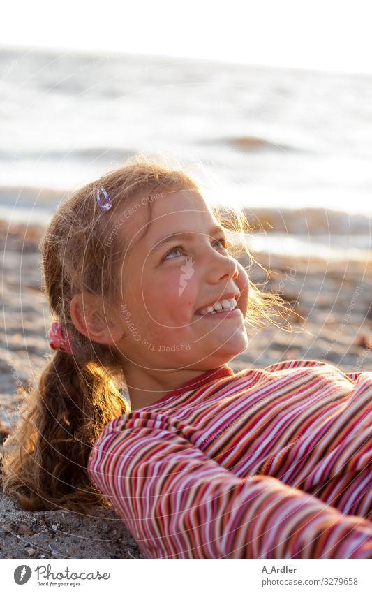 junges Mädchen am Strand | Weitsichtig Kind Mensch Ferien & Urlaub & Reisen Natur Sommer schön rot Meer Freude feminin Gefühle Küste Glück Kopf