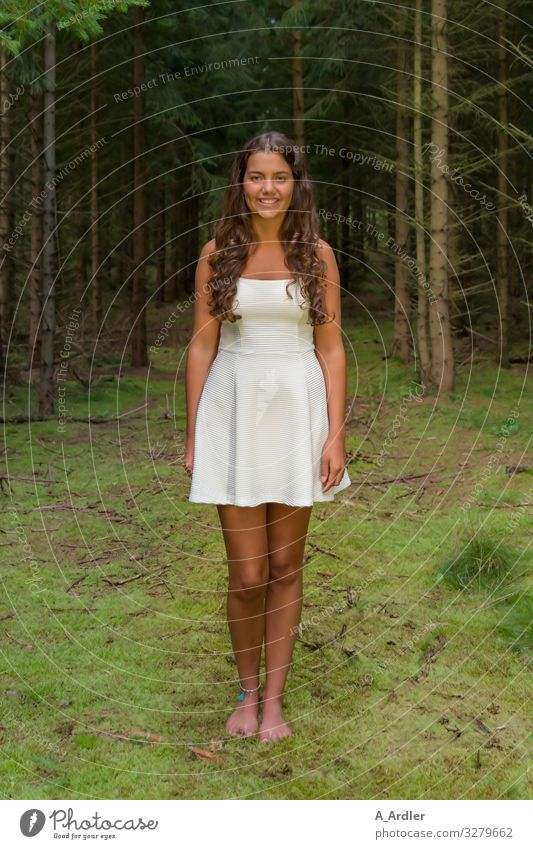 junge Frau im Wald Mensch Natur Jugendliche Junge Frau Pflanze schön Baum 18-30 Jahre Erwachsene natürlich feminin Glück Haare & Frisuren Zufriedenheit wandern