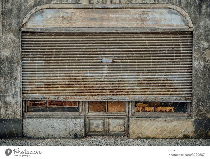 das 26. Türchen Dorf Kleinstadt Altstadt Menschenleer Haus Bauwerk Gebäude Architektur Ladengeschäft Mauer Wand Fassade Fenster Schaufenster Rollo alt