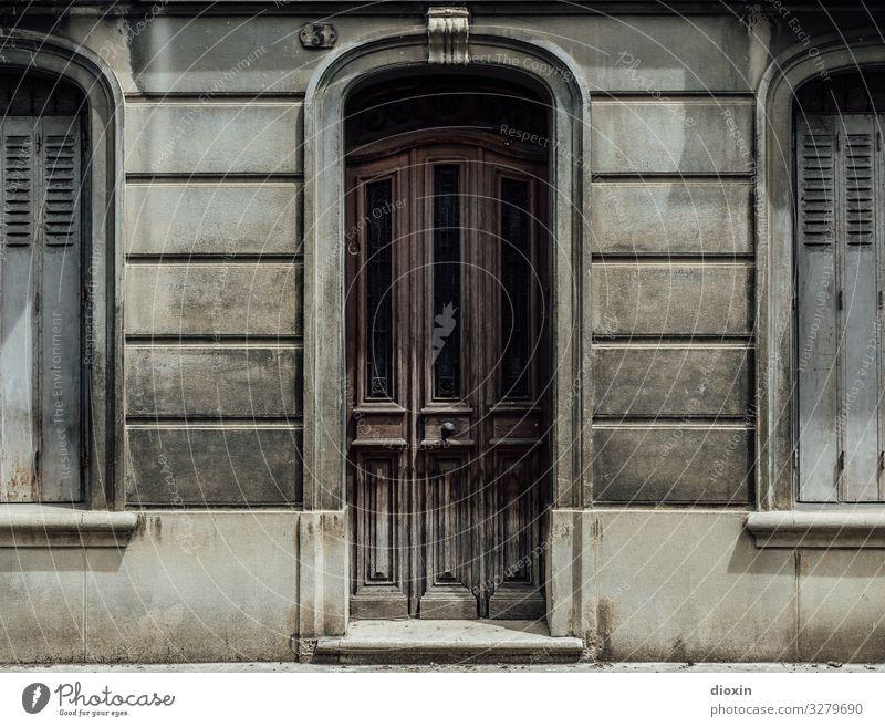 das 25. Türchen Dorf Kleinstadt Hauptstadt Stadtzentrum Altstadt Menschenleer Haus Bauwerk Gebäude Architektur Mauer Wand Fassade Fenster alt authentisch trist