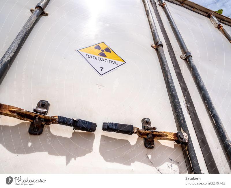 Strahlungswarnschild auf dem Transportwagen Industrie Umwelt Verkehr Lastwagen Container Zeichen Schilder & Markierungen Hinweisschild Warnschild gelb weiß