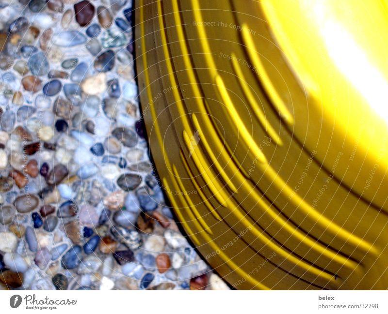Gießkanne gelb Garten Stein Beton Furche gießen Skala einheitlich Steinplatten Betonplatte Liter