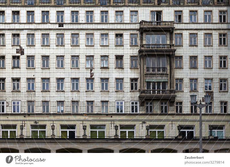 Fassade in der Karl-Marx-Allee, Berlin Berlin-Mitte Stadt Hauptstadt Stadtzentrum Menschenleer Hochhaus Architektur Mauer Wand Fenster Erker Häusliches Leben