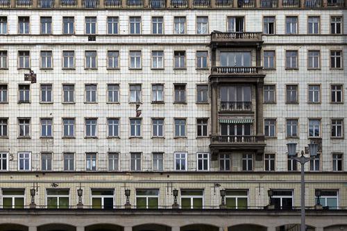 Fassade in der Karl-Marx-Allee, Berlin Stadt Einsamkeit Fenster dunkel Architektur Wand Mauer grau Häusliches Leben retro Hochhaus Ordnung Vergänglichkeit