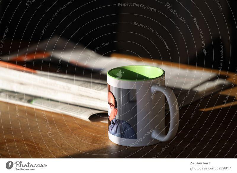 Selfie-Becher trinken Heißgetränk Kaffee Tasse Häusliches Leben Tisch Mann Erwachsene 1 Mensch 45-60 Jahre Zeitung Zeitschrift lesen Wärme Gelassenheit