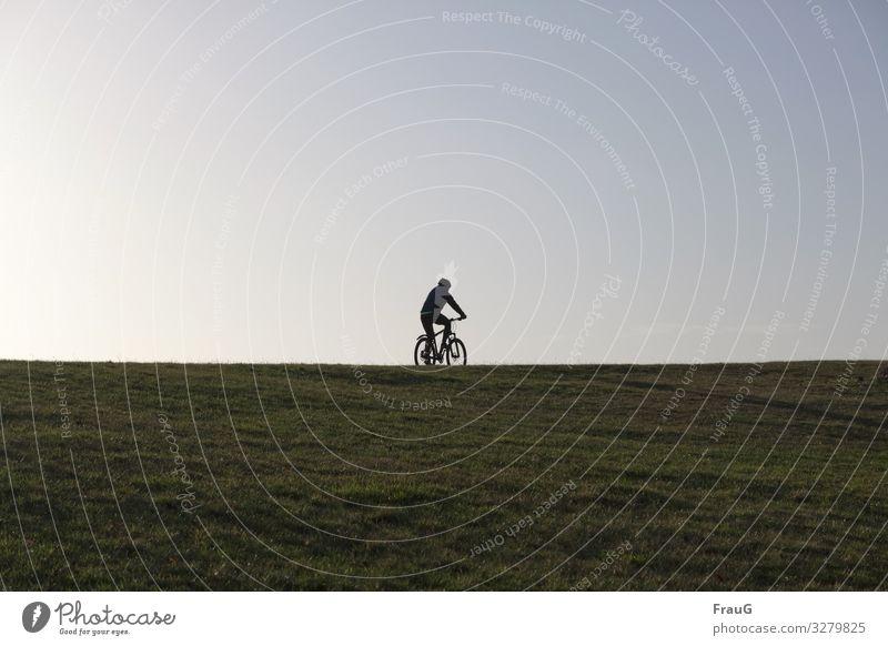 Gesundheit | Rad fahren / Sport treiben Landschaft Radfahrerin Fahrrad sport treiben Horizont Wiese Fahrradfahren Freizeit & Hobby Sport-Training Fitness Mensch