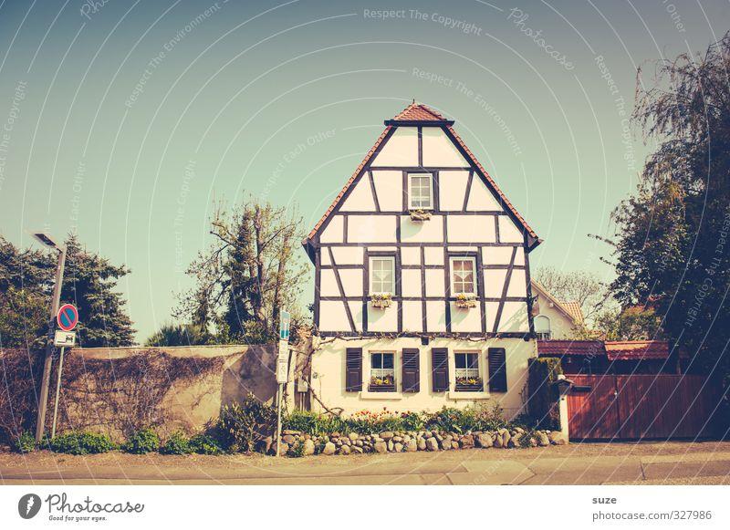 Landliebehaus Häusliches Leben Haus Umwelt Himmel Wolken Dorf Gebäude Architektur Mauer Wand Fassade Fenster Dach Wege & Pfade alt Freundlichkeit historisch
