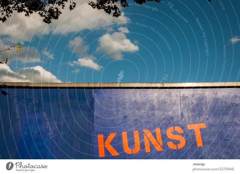 KUNST   Geschriebenes Kunst Himmel Wolken Sommer Schönes Wetter Mauer Wand Schriftzeichen orange ästhetisch Beratung Farbe Natur Farbfoto Außenaufnahme