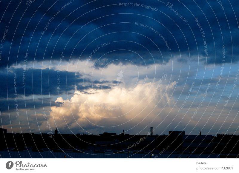 heiter bis bewölkt Wolken Abenddämmerung Nacht Wien Stadt Unwetter schlechtes Wetter Skyline Himmel wolkenturm Gewitter Farbe Angst bedrohlich