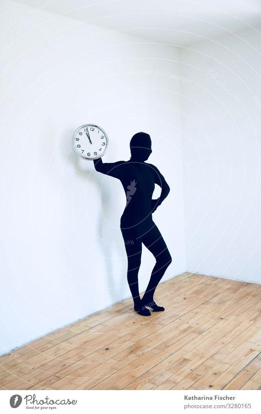 Tic Tac Tic Tac Mensch weiß schwarz Zeit Kunst braun Uhr Raum stehen Körperhaltung silber Holzfußboden Laminat Körpersprache Pantomime
