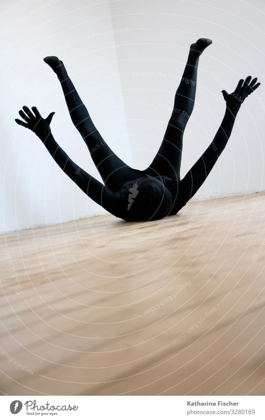 Part of expression maskulin feminin androgyn 1 Mensch fallen liegen ästhetisch sportlich außergewöhnlich Coolness braun schwarz weiß Boden Raum gefallen