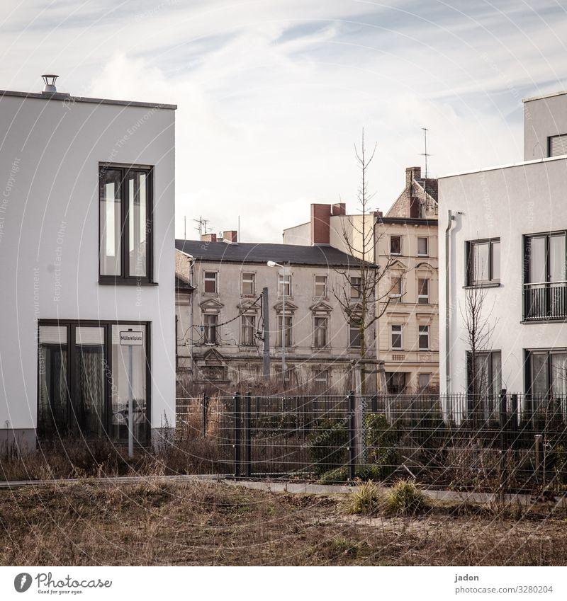 dualismus. Natur Schönes Wetter Gras Stadt Haus Einfamilienhaus Gebäude Architektur Mauer Wand Fassade Garten Fenster Wandel & Veränderung Häusliches Leben