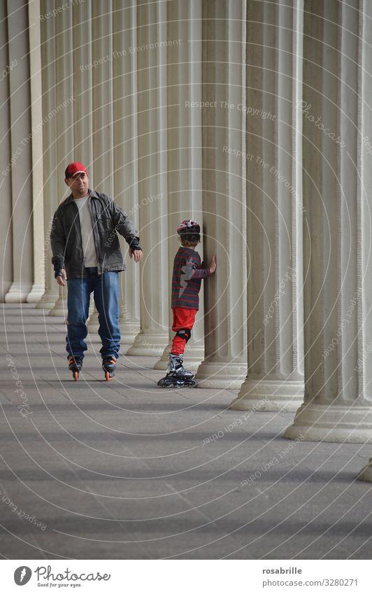 Vater und Sohn beim Skaten Freude Sport Familie & Verwandtschaft Spielen Zusammensein Freizeit & Hobby lernen Säule Inline Skating Vatertag Rollschuhfahren