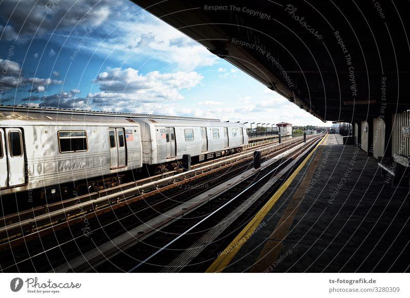 New York Subway on the Up-Way Städtereise New York City USA Stadtzentrum Bahnhof Bauwerk Gebäude Bahnsteig Sehenswürdigkeit Verkehr Verkehrsmittel Verkehrswege