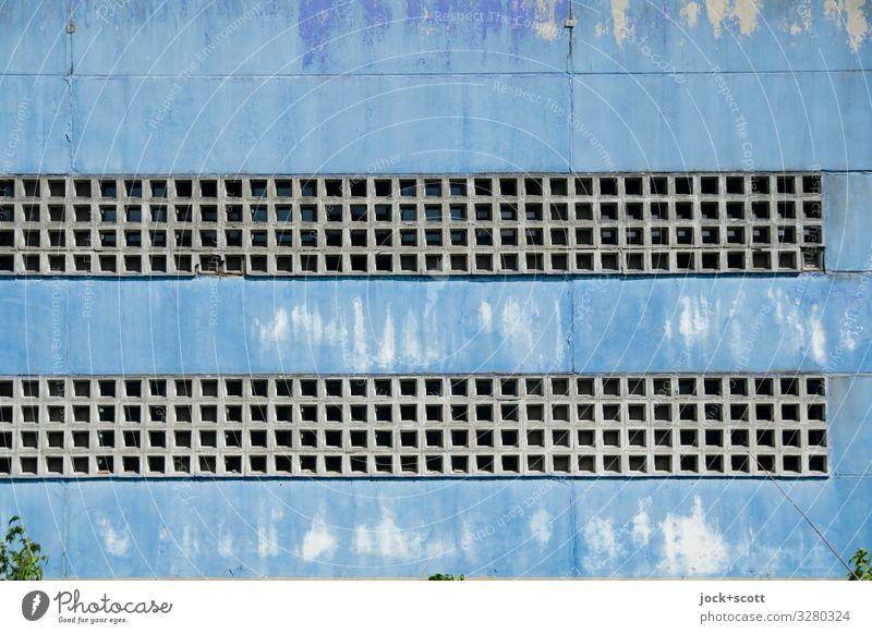Aspekt (blau) Fassade Sichtschutz Beton Linie Quadrat eckig lang viele Schutz Verschwiegenheit Stil Symmetrie Vergänglichkeit Zahn der Zeit hell-blau verwittert