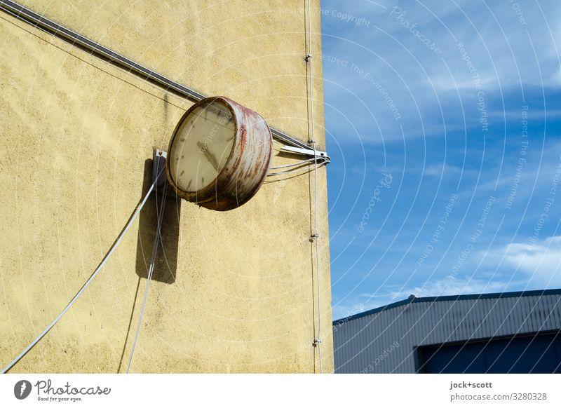 Zeitlos DDR Himmel Sommer Müritz Bürogebäude Lagerhalle Mauer Wand Uhr Uhrenzeiger Kabel Metall Rost einfach kaputt retro trist Stadt Wärme Stimmung ruhig