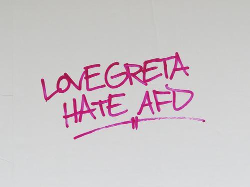 LOVE GRETA HATE AFD Schriftzeichen Graffiti Kommunizieren rot weiß Gefühle Mut Solidarität Verantwortung vernünftig Zukunftsangst Wut Ärger Feindseligkeit