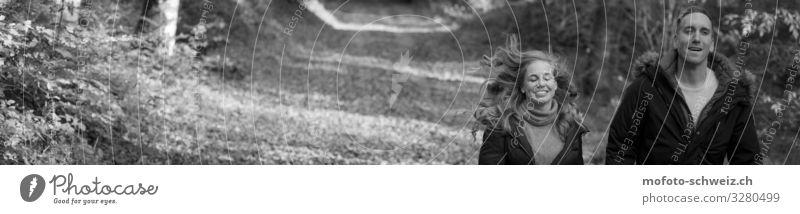Paar Frau und Mann im Wald Herbst schwarz-weiss Junge Frau Jugendliche Junger Mann Erwachsene 2 Mensch 30-45 Jahre Natur Schönes Wetter Baum Pullover Jacke