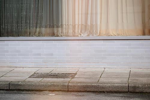 Melancholie oder ein altes Ladengeschäft Stadt Menschenleer Haus Mauer Wand Fassade Straße blau braun grau früher Heimat leerstehend Gedeckte Farben