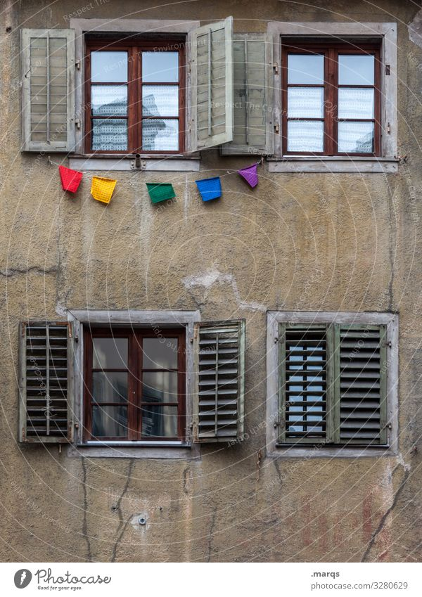 Party Fassade Fenster 4 Fahne Girlande alt braun mehrfarbig Farbe Freude Verfall Farbfoto Außenaufnahme Menschenleer Textfreiraum unten Textfreiraum Mitte