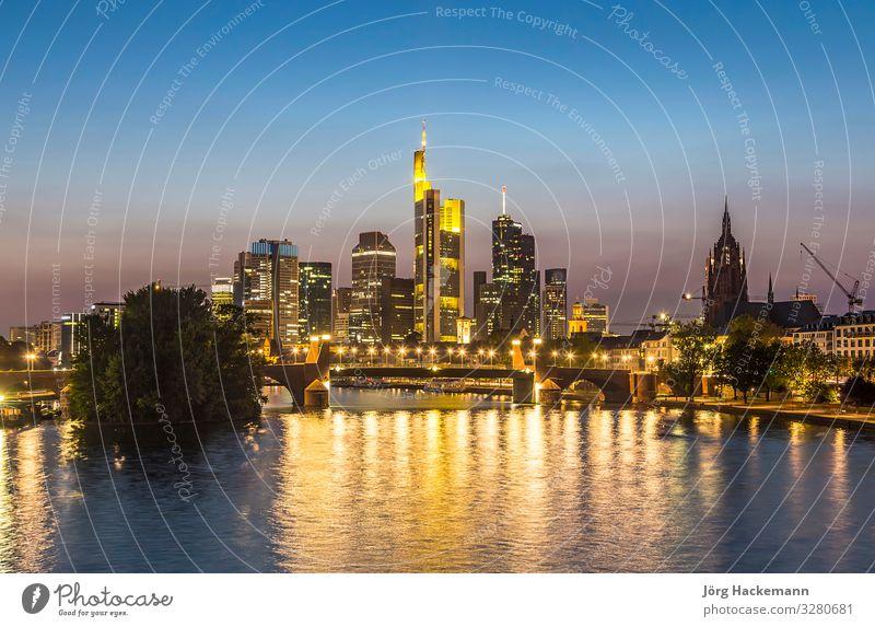 Skyline von Frankfurt bei Nacht, Deutschland Business Landschaft Fluss Stadt Stadtzentrum Hochhaus Brücke Architektur Sehenswürdigkeit Wahrzeichen modern