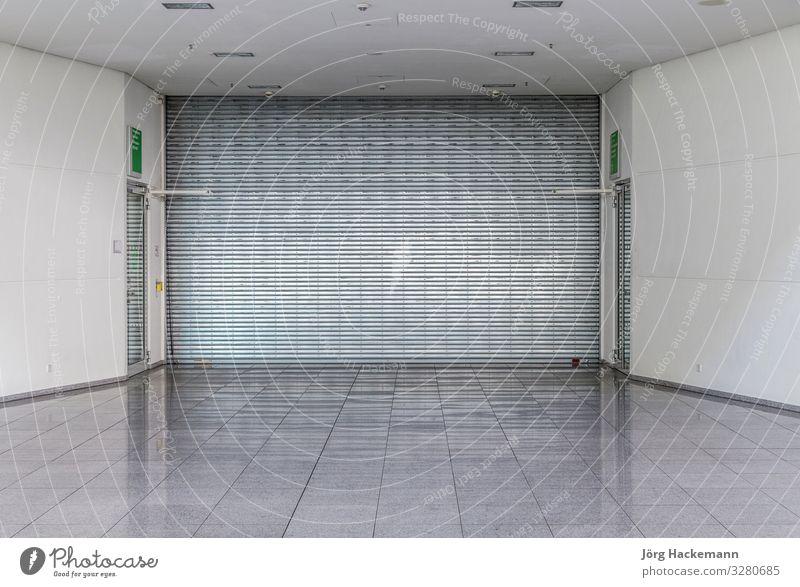 geschlossenes Rolltor in einem Geschäft kaufen Insel Gebäude Architektur Metall Platzangst Chrom zugeklappt Köln Deutschland im Inneren Rollo Rollladen