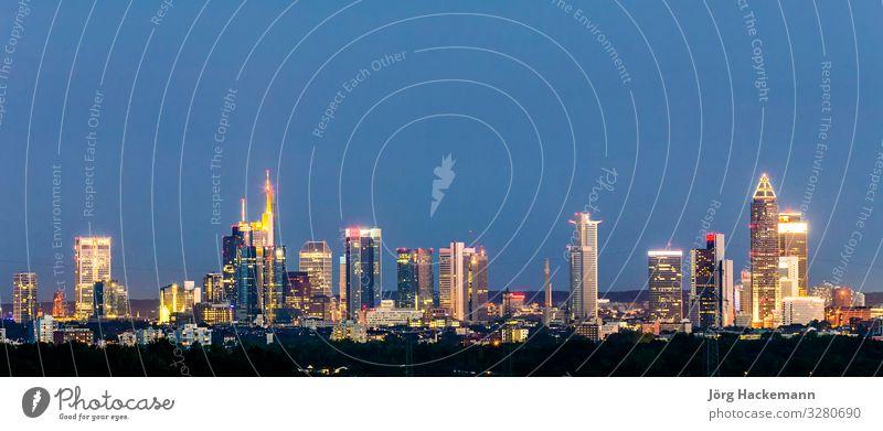 Blick auf die Frankfurter Skyline mit nächtlichen Feldern Ferien & Urlaub & Reisen Himmel Stadtzentrum Hochhaus Gebäude Architektur modern Frankfurt am Main