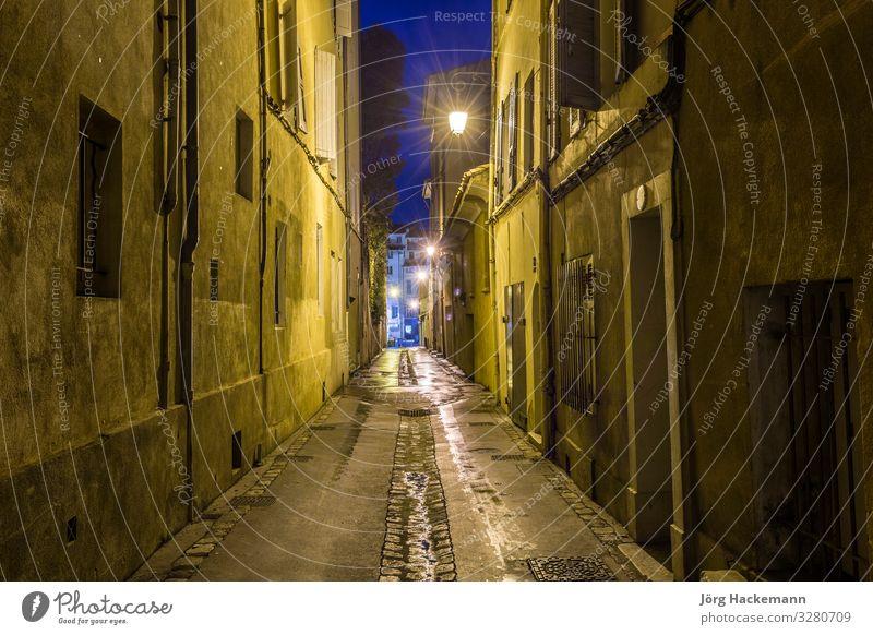kleine Gasse bei Nacht in Aix Dorf Architektur Fassade Straße alt Aix-en-Provence Frankreich Grunge Laterne Licht eng altehrwürdig Menschenleer Morgen