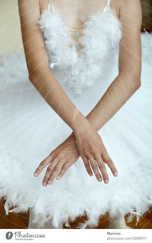 Nahaufnahme der Hände der Ballerina beim Tanz des Schwanensees. elegant schön Tanzen Mensch Frau Erwachsene Hand Kunst Tänzer Balletttänzer Mode Schuhe weiß
