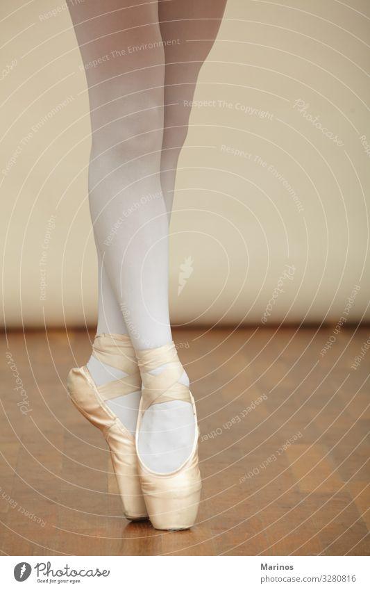 Ballerina's Beine in der Spitze. elegant schön Tanzen Mensch Frau Erwachsene Kunst Tänzer Balletttänzer Mode Schuhe weiß Beautyfotografie Mädchen jung