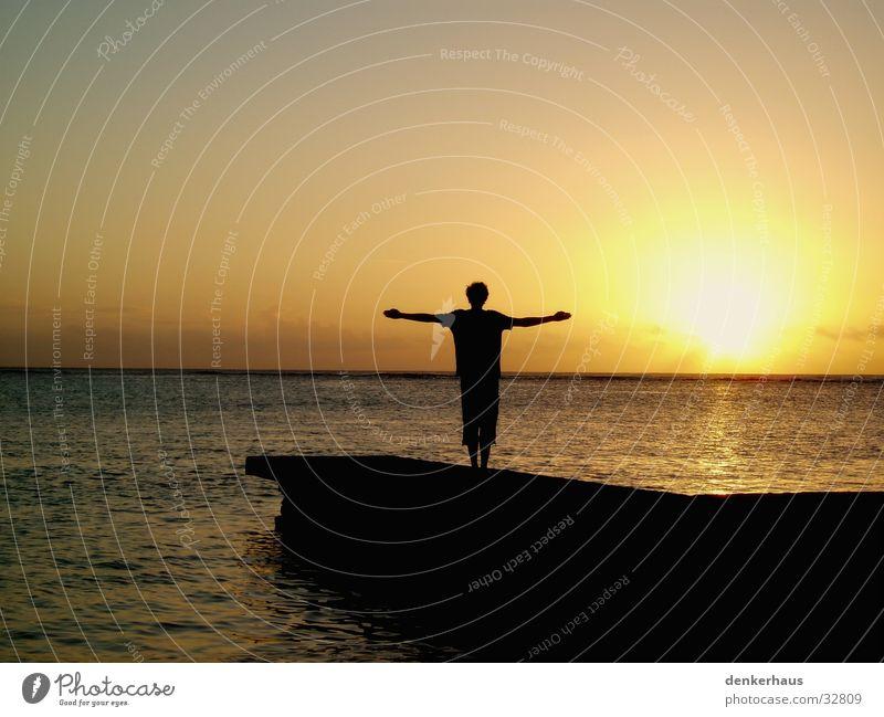 Das Kreuz Sonnenuntergang gelb Silhouette schwarz Steg orange Mensch Schatten Wasser Insel