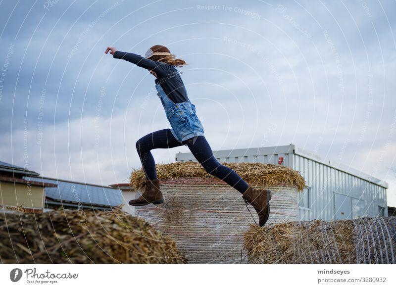 Im Sprung Spielen Ausflug Bauernhof Kind Mädchen 3-8 Jahre Kindheit Natur Stroh Strohballen Mütze fliegen springen frei Fröhlichkeit Unendlichkeit