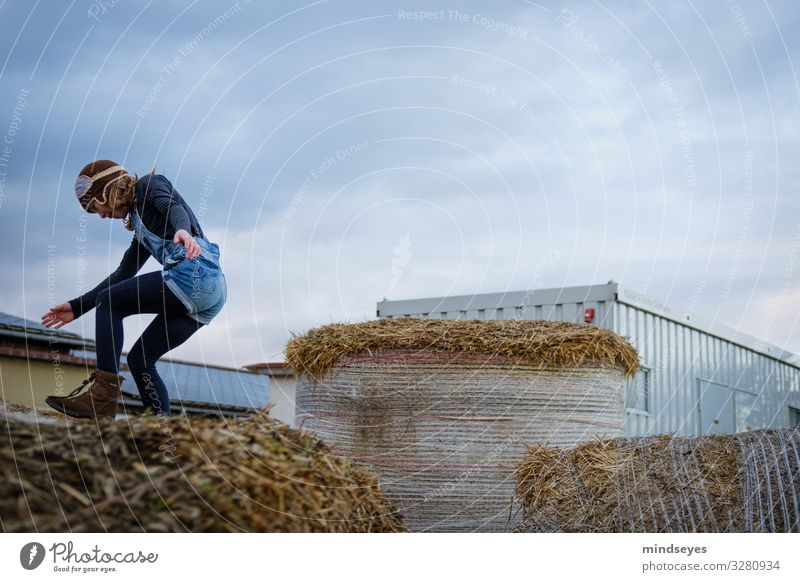 Die Landung Freude Freizeit & Hobby Spielen Bauernhof Kind Mädchen 1 Mensch 3-8 Jahre Kindheit Wolken Stroh Strohballen Mütze fliegen springen Fröhlichkeit
