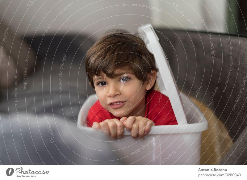 Verstecktes Kind Mensch Kleinkind Junge Kindheit Schüchternheit Korb Verbergen verborgen verborgene Gesichter versteckend Innenbereich gerechte Kinder