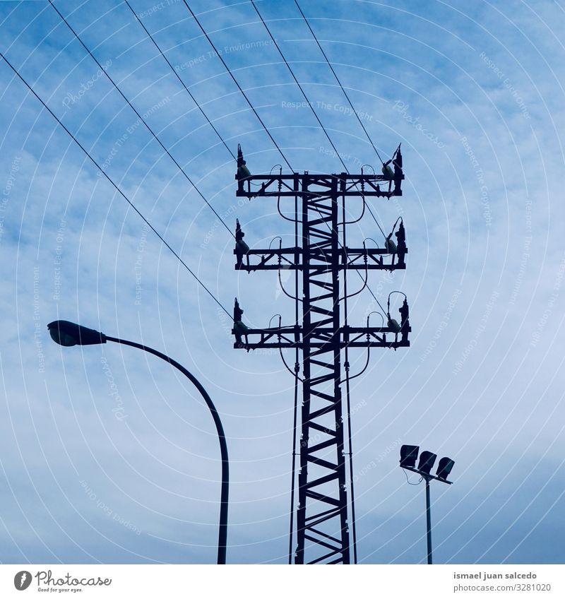 Strommast und Straßenlampe Turm Elektrizität Elektrizitätsturm elektrischer Turm Energie Mitteilung Antenne Kabel sehr wenige Kraft Spannung