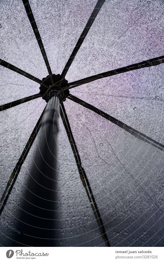 Wasser schwarz Hintergrundbild Regen Wetter nass Schutz Jahreszeiten Tropfen Regenschirm Stillleben Objektfotografie sehr wenige