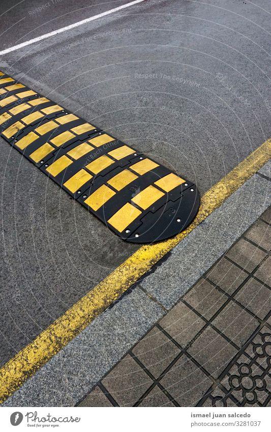 Straßenschild auf der Straße, Warnsignal signalisieren Vorsicht Zeichen Symbol Ermahnung Beratung Gefahr Aushang Aufmerksamkeit Sicherheit Ikon verboten