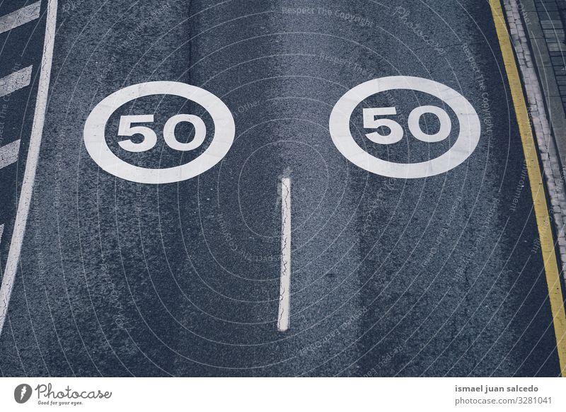 Tempolimit von fünfzig auf der Straße Geschwindigkeit Limit verboten Verbotsschild Autobahn Ziffern & Zahlen Verpflichtung Verkehrsgebot Signal Asphalt