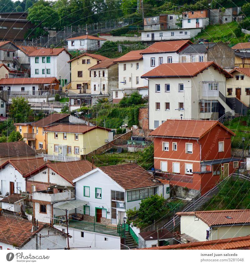 Haus in den Bergen in Bilbao Stadt Spanien Großstadt Fassade Gebäude Architektur Strukturen & Formen Konstruktion Aussicht Fenster Dach heimwärts Straße