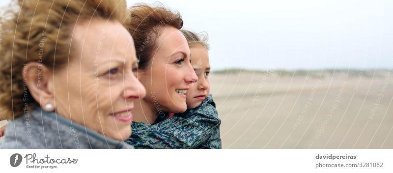 Drei Generationen Frauen schauen am Strand aufs Meer Lifestyle Freude schön Kind Internet Mensch Erwachsene Mutter Großmutter Familie & Verwandtschaft Sand