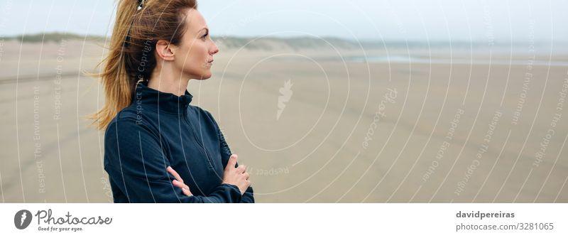 Frau, die auf das Meer schaut. Lifestyle schön Meditation Strand Internet Mensch Erwachsene Sand Herbst Nebel Denken Traurigkeit authentisch Einsamkeit Zukunft