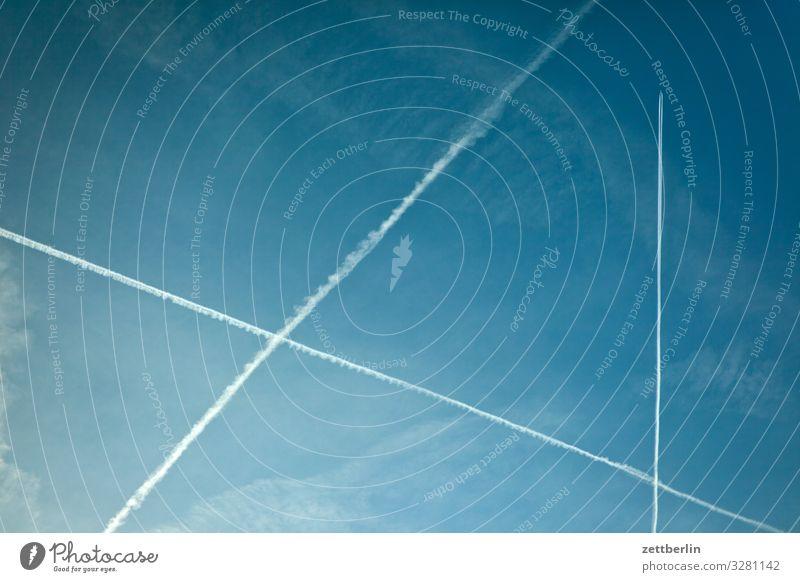 Flugverkehr Kondensstreifen Kohlendioxid Dreieck Luftverkehr Flugzeug Froschperspektive Himmel Himmel (Jenseits) Klima Klimawandel Ferien & Urlaub & Reisen