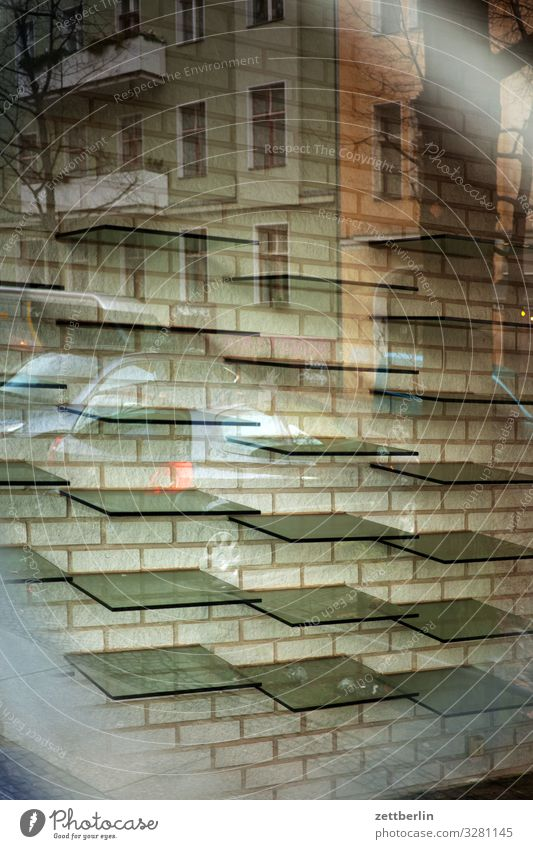 Ausverkauf Innenarchitektur Fenster Ladengeschäft Handel Gitter Glas Insolvenz Konsum Geschäftszeiten leer Regal Schaufenster Fensterscheibe Scheibe kaufen