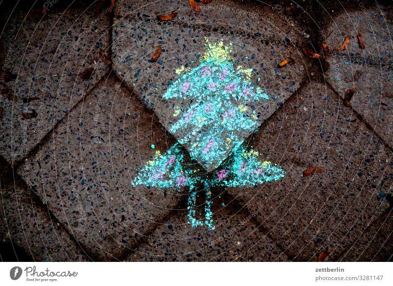 Weihnachtsbaum Weihnachten & Advent Bürgersteig Fußweg Kinderzeichnung Kreide Kreidezeichnung Pflastersteine Kopfsteinpflaster Pflasterweg Anti-Weihnachten