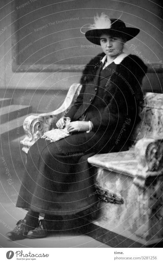 Bänkerin Raum Bank Treppe Wandmalereien feminin Frau Erwachsene 1 Mensch Kleid Schmuck Hut beobachten festhalten Blick sitzen warten elegant Inspiration