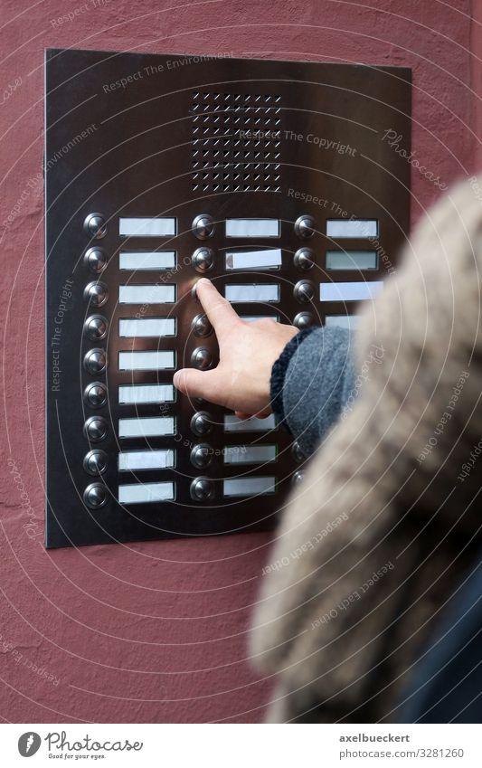 Finger drückt Klingel mit Gegensprechanlage Lifestyle Häusliches Leben Wohnung Haus Mensch Erwachsene Hand 1 Stadt Hochhaus Gebäude Tür Namensschild klingeln