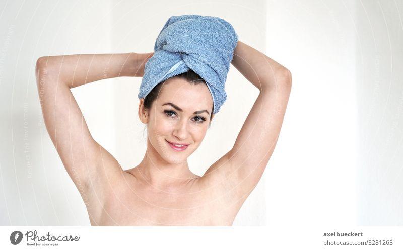 junge Frau mit Handtuch Turban Lifestyle schön Körperpflege Haare & Frisuren Wellness Spa Mensch feminin Junge Frau Jugendliche Erwachsene 1 18-30 Jahre Lächeln