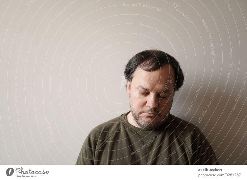 deprimierter Mann Depression Traurigkeit Einsamkeit 30-45 Jahre Mensch Erwachsene 1 45-60 Jahre schwarzhaarig grauhaarig kurzhaarig Bart Dreitagebart Vollbart