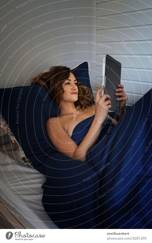 Frau mit Tablet Computer im Bett Lifestyle Erholung Freizeit & Hobby lesen Wohnung Schlafzimmer Notebook Technik & Technologie Unterhaltungselektronik Mensch